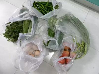 別把裝菜的塑料袋放進冰箱
