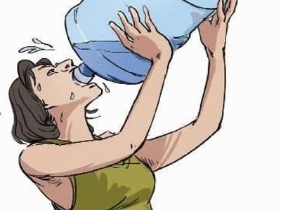 老人喝水矢量图