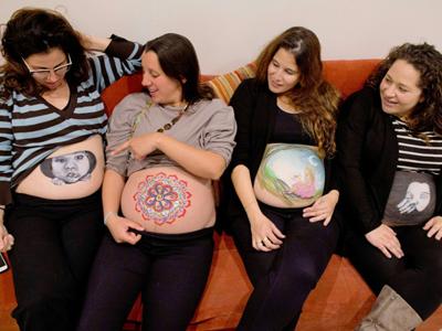 藝術家在孕婦肚子上作畫